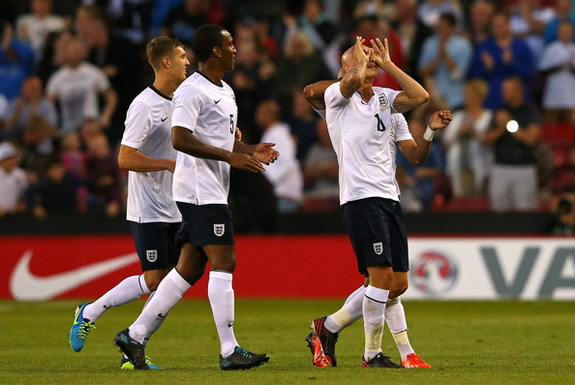 Jonjo Shelvey celebrates with England U-21 teammates after scoring against Scotland U-21