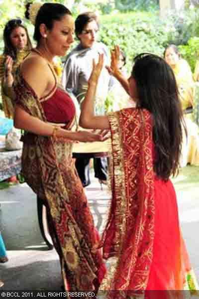 We Love Srk Fun Blog Srk Gauri Amp Suhana Shakes Leg At