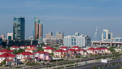 Ciudad de Astana con enormes edificios o rascacielos