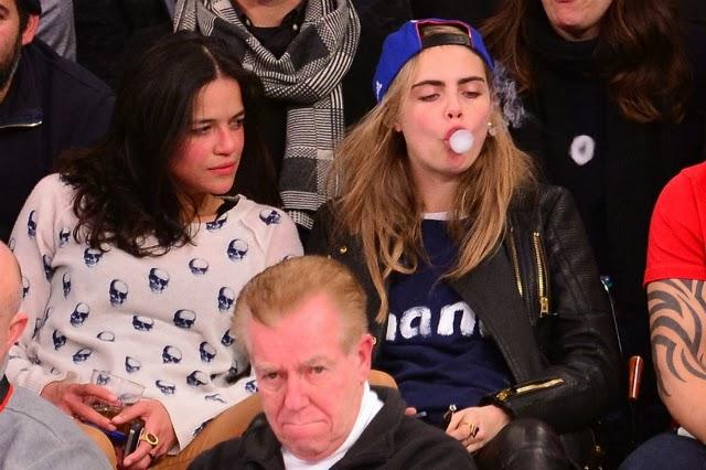 Michelle Rodriguez y Cara Delevingne hace extraños gestos durante partido de la NBA