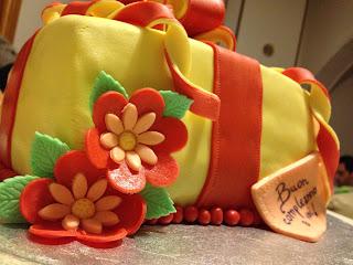 torta pacco regalo con fiocco a coccarda