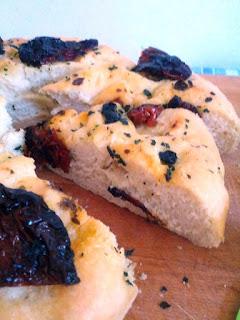 focaccia con pomodori secchi sott'olio e olive nere