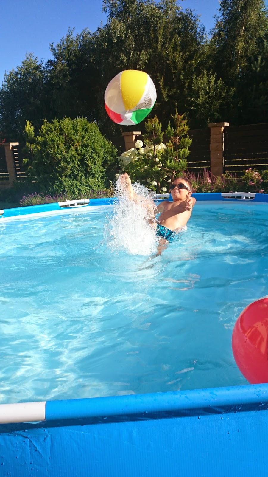 basen,zabawy w basenie,piłka plażowa,piękny ogród,dom z ogrodem,blog DIY,blog lifestyle,dzieci w wodzie,zdjęcia w wodzie,inspiracje ogród,co robić z dziećmi w basenie,szczecin basen,basen stelażowy jak wygląda