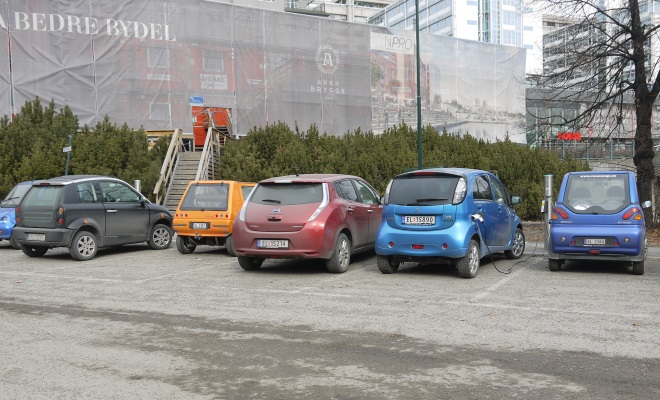 Nissan Leaf among other EVs in a car park