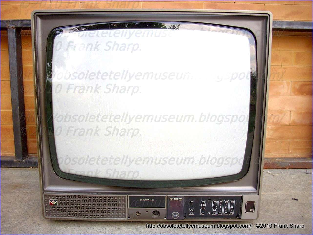 Obsolete Technology Tellye !: DUMONT (EMERSON) 22 TULSA 16 SE YEAR 1977.