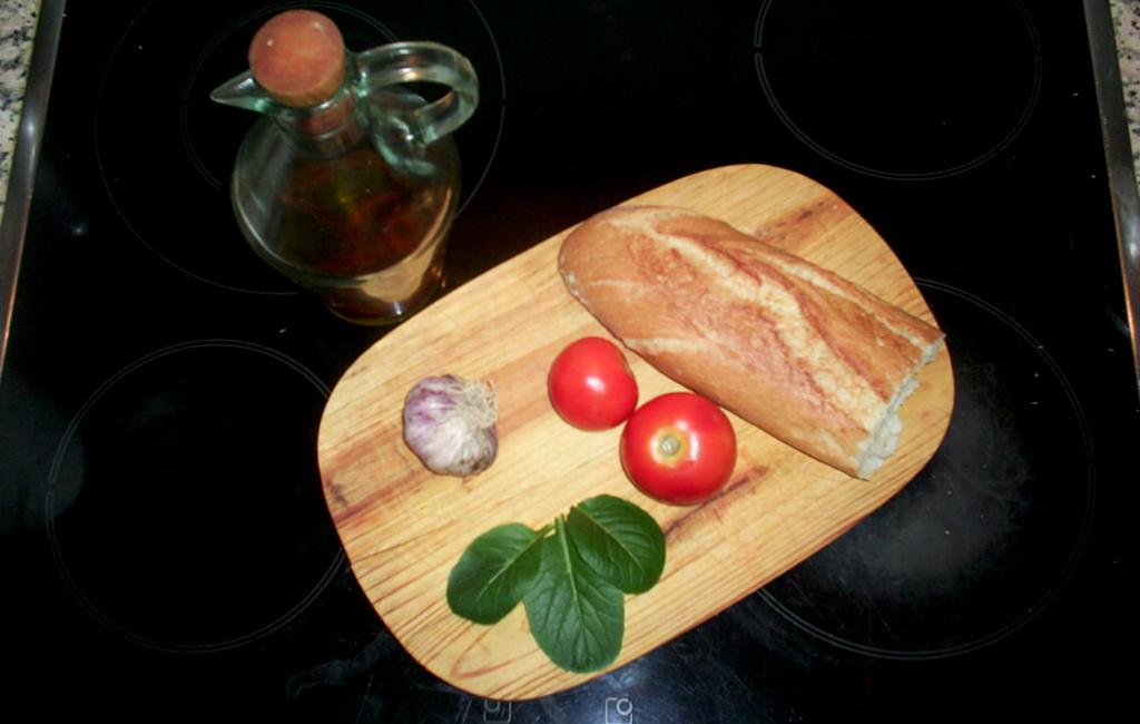 ingredientes: aceite, ajos, tomate, pan y komatsuna