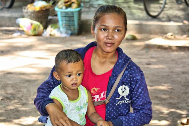 Photo du jour : Jeune maman khmère