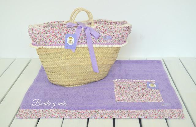 Capazo de playa y toalla en flores lila
