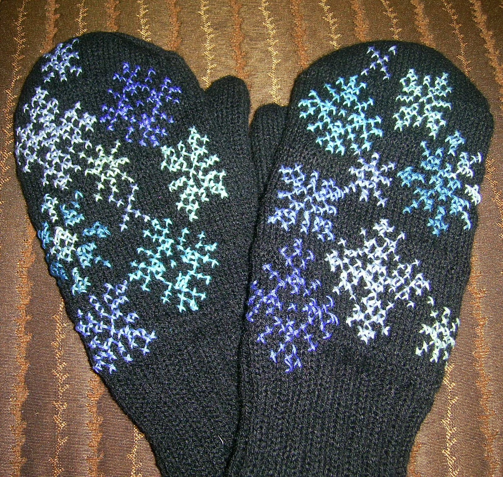 перчатки с вышивкой