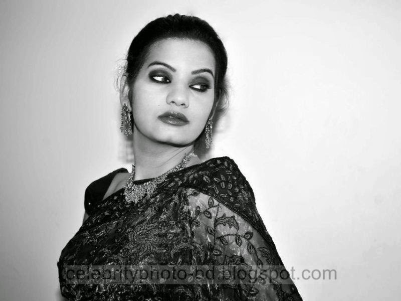 Dhaka++City+Hot+Model+Farhana+Rain+In+Black+And+White+Pictures002