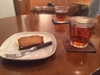 三年番茶とスパイシーキャロットケーキ