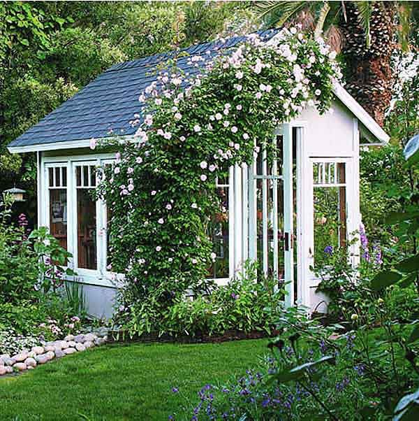 cabaña de jardín con rosas