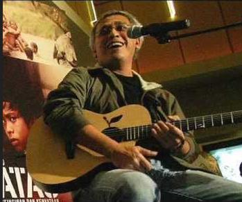 Lirik Lagu Ujung Aspal Pondok Gede - Iwan Fals