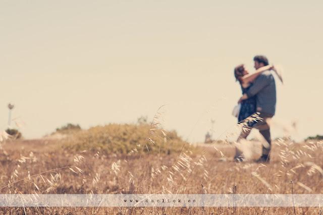 novios abrazados desenfocados