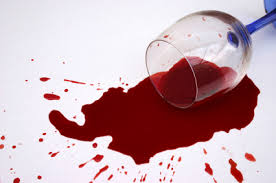Sonhar com vinho tinto derramado