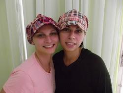 Eu e minha irmã com nosso novo look!