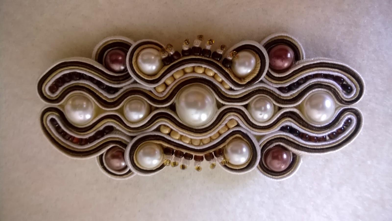 ręcznie wykonana biżuteria sutasz, broszka sutasz z perełkami, brązowy sutasz