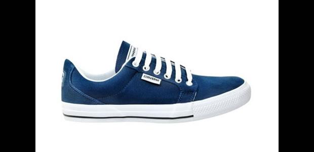 O Converse Cape Ox na cor azul marinho segue a linha de modelos lisos e mais baixos lançados pelas marcas tradicionais de tênis recentemente (Foto: Reprodução)
