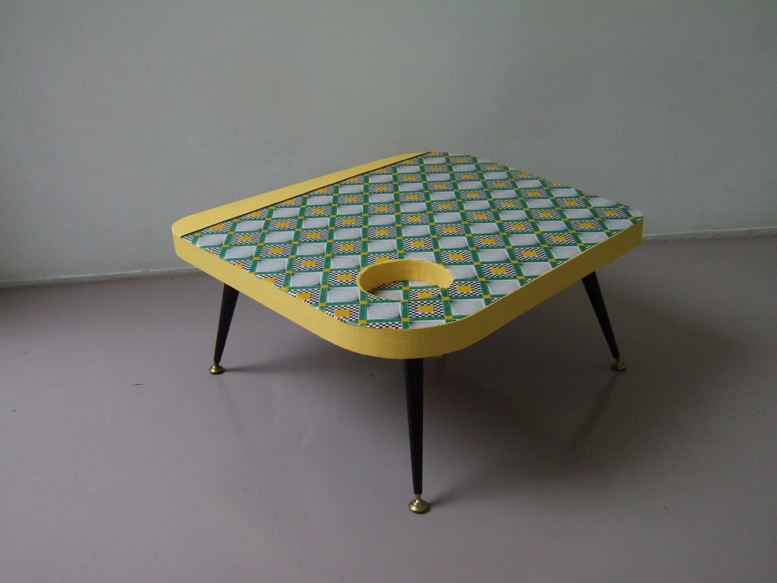 table basse en carton avec pieds en métal. table basse en carton motif géométrique fabriquée à marseille par juliadesgn