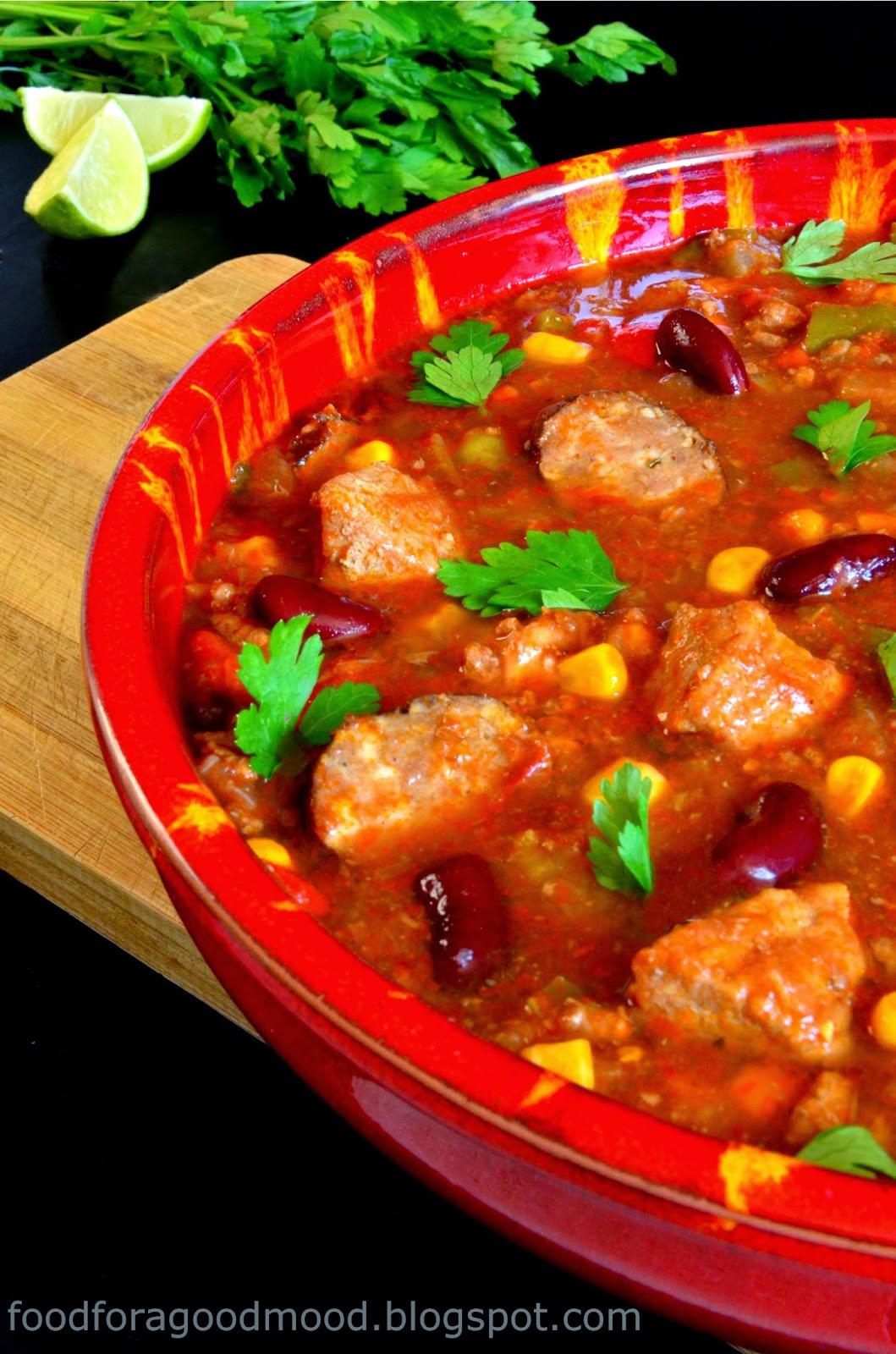 Trudno jednoznacznie stwierdzić, z jakiego kraju wywodzi się to danie. Jedni twierdzą, że z Meksyku, drudzy uważają chilli con carne za wytwór amerykańskiego fast foodu. Pewne natomiast jest jedno: potrawa kusi bogactwem smaku, syci i przyjemnie rozgrzewa. Podstawowe składniki to: posiekane lub mielone mięso, papryczka chilli i fasola, choć często dodaje się również pomidory, paprykę i kukurydzę. Co istotne – ostry smak wcale nie dominuje, a raczej optymalnie podkręca całość. Ma to znaczenie szczególnie wtedy, gdy nie jesteście amatorami ostrej kuchni. Chilli con carne podajemy z plackami kukurydzianej tortilli, nachosami lub z ryżem. No więc, kto chętny?