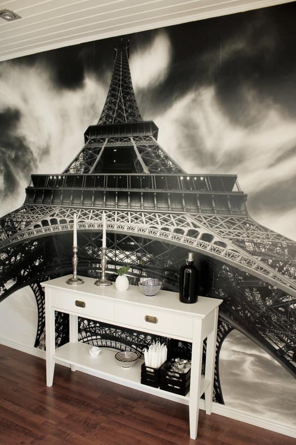 fototapet mr perswall, eiffeltornet fototapet, vitt avlastningsbord, em möbler, dekoration bord, inredningstips hall, inredningsdetaljer på bord, svart oljelampa, village inredning,
