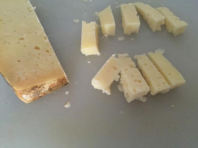 Ensalada de atún naturfresh con anchoas. Cortando queso de oveja en tacos.
