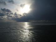 Il vuoto. L'alba sospesa ai fili bianchi di nuvole (foto mare )