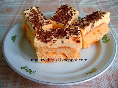 Duplán citromos barackos sütemény, citromos őszibarackos kevert tésztával, citromos krémmel, csokoládédarával megszórva.