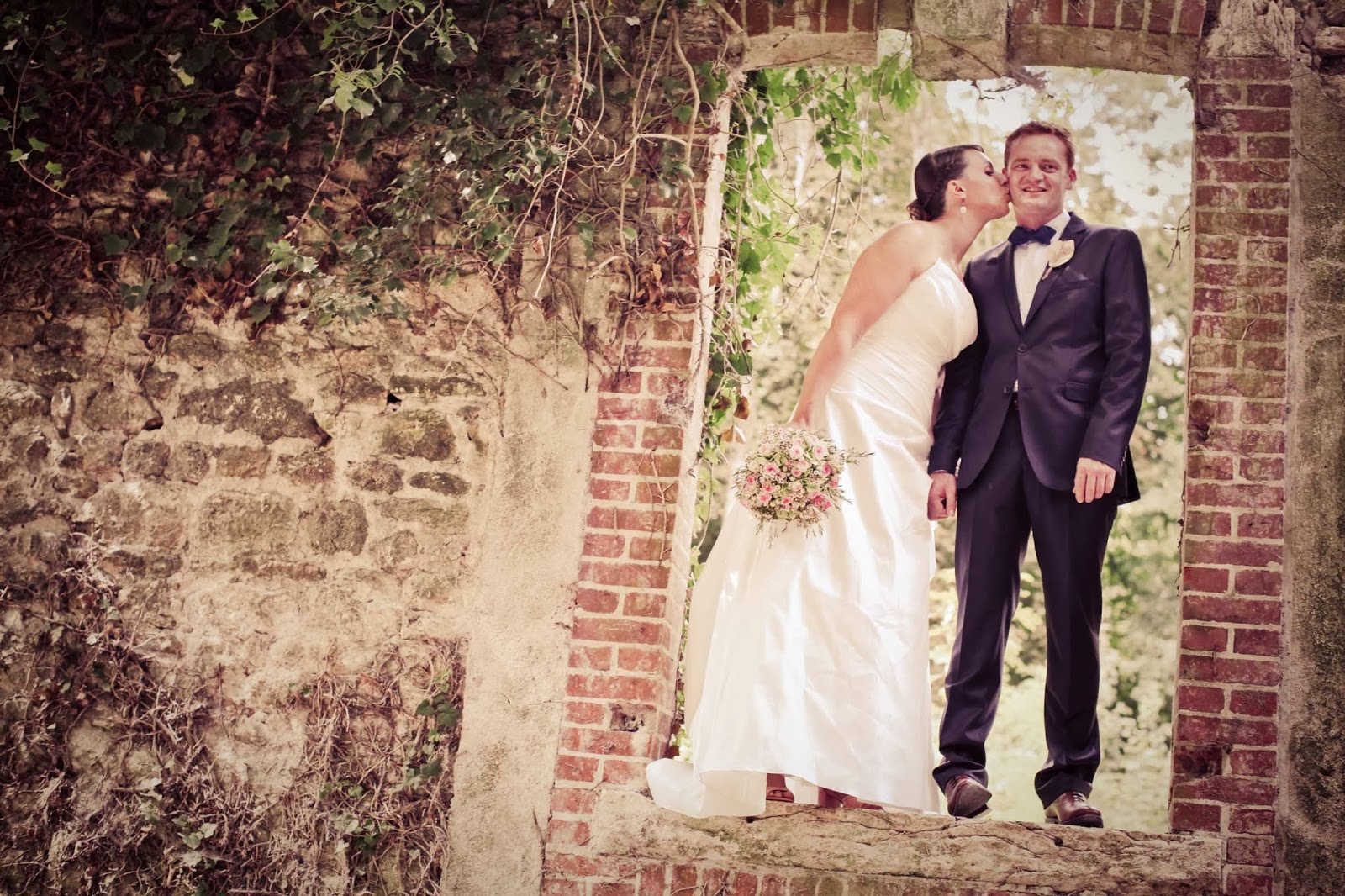 Retro styled wedding photography by elisabeth Perotin, the bride and groom in a vintage wall