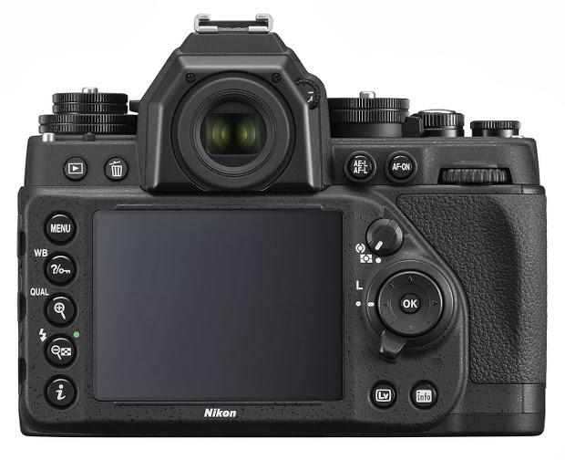 Fotografia del dorso della Nikon Df, con il monitor e la ghiera dei comandi
