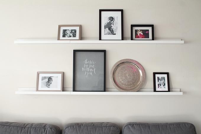 taulut hyllylle, ylva skarp, harmaa juliste, mustavalkoiset valokuvat