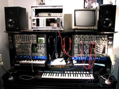 Módulos analógicos de diferentes marcas de instrumentos electrónicos en la tienda Schneiders Buero de la Alexanderplatz