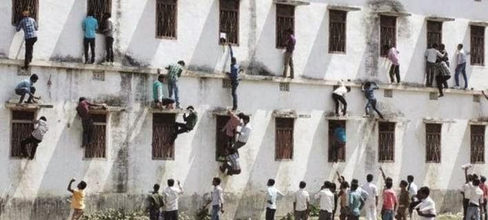 Γονείς σκαρφάλωναν τους τοίχους σχολείων - Έδιναν «σκονάκια» στα παιδιά τους [εικόνες & βίντεο]