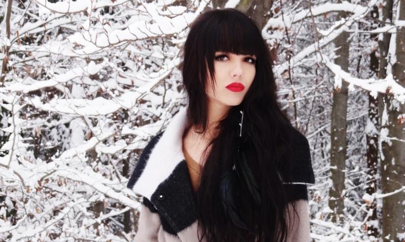 schwarze-lange-haare-mit-roten-lippen