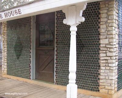 Casa con paredes de botellas de vidrio