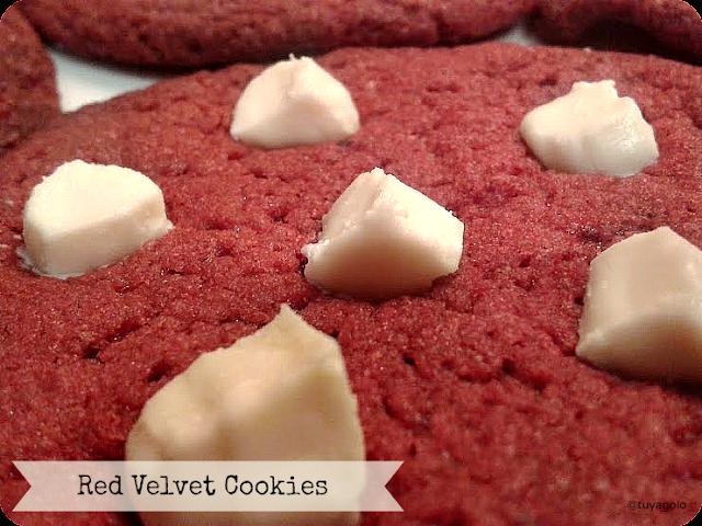 Red Velvet Cookies close up - trocitos de chocolate blanco