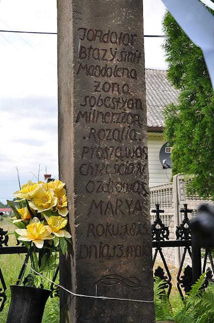 Błotnica, przydrożny kamienny krzyż - napis, 1815 r. Fot. KW.