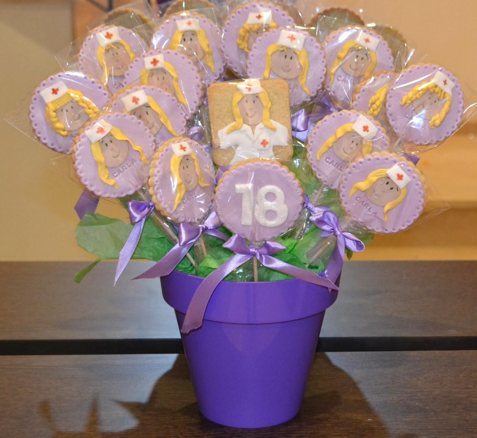 Maceta de galletas decoradas con fondant enfermera violeta cumpleaños 18 lazos raso empaquetadas individualmente