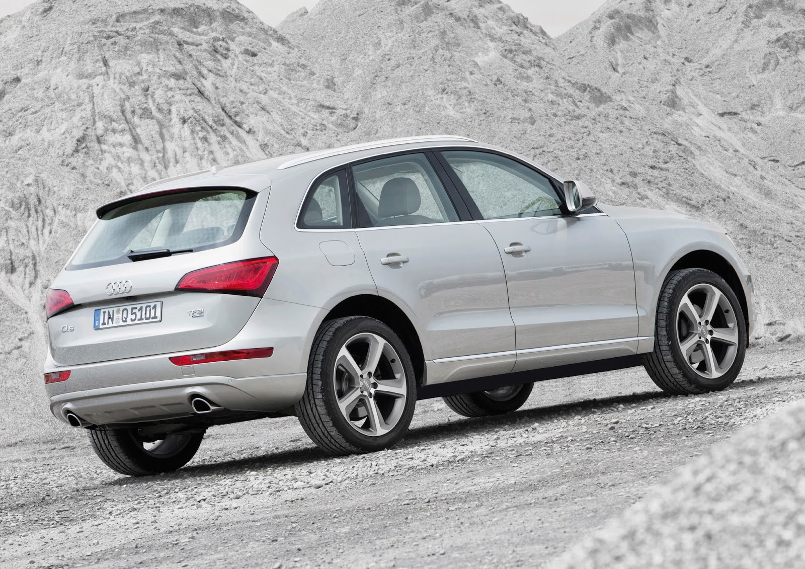 Rear three-quarters view of the 2014 Audi Q5 TDI