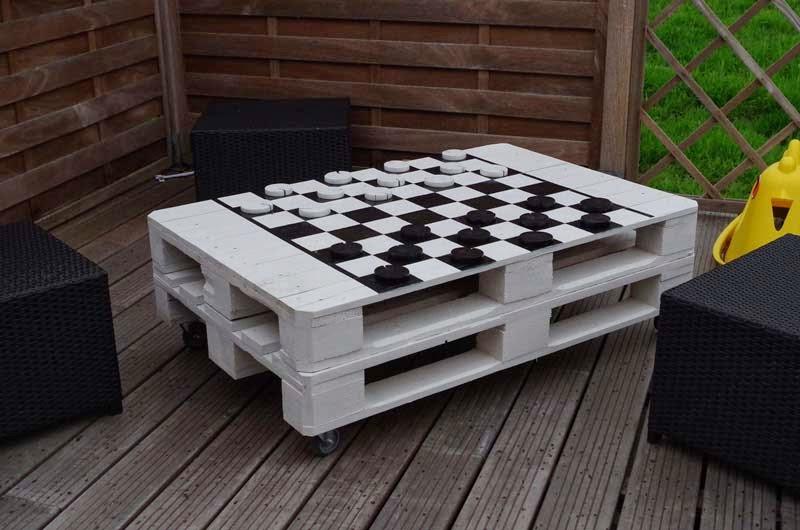 mesa para jugar a las damas o al ajedrez con palets