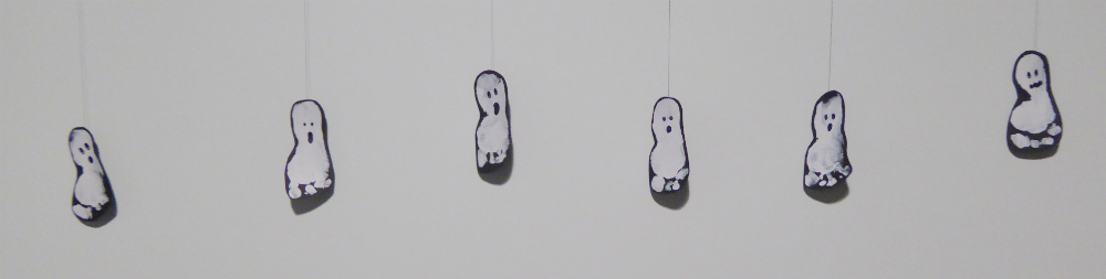 Baby Halloween party: Footprint ghosts