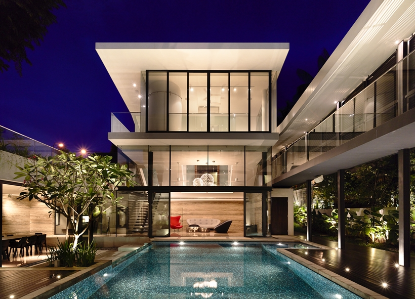 Terrace and swimming pool af an Impressive dream home in Singapore by a-dlab at night
