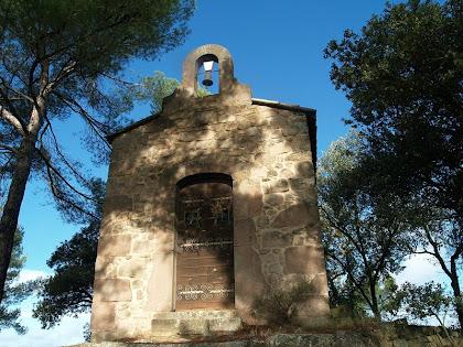 La capella de Santa Àgata, a dalt del turó del mateix nom, vista des de migdia