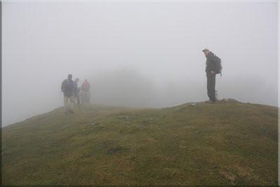La espesa niebla apenas deja ver