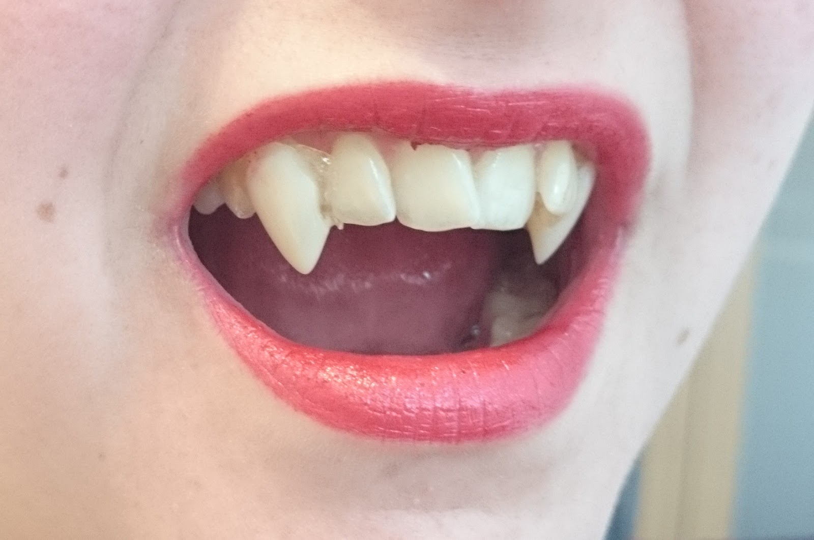 Mac Frost Lipstick Viva Glam Rihanna Tragebild Vampire