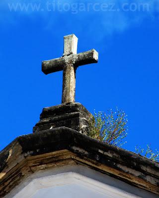 Detalhe da cruz da igreja Nossa Senhora do Rosário dos Homens Pretos, em São Cristóvão - Sergipe - Por Tito Garcez