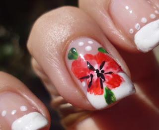 flor roja en las uñas