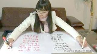 Mahasiswa Cina Menulis Dengan Kedua Tangannya