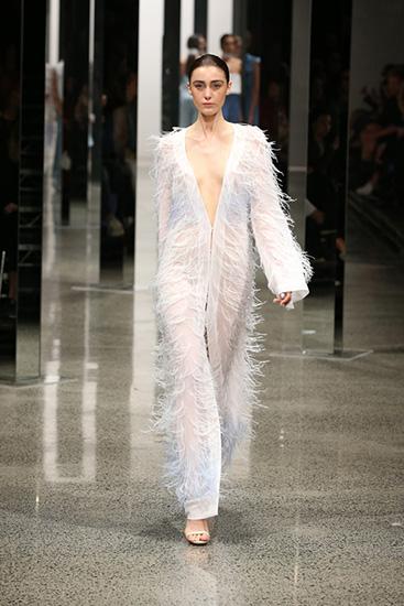 Ngoài các thiết kế lưới gây sốc, bộ sưu tập được đánh giá có tính ứng dụng cao với những mẫu váy liền thân tôn dáng.