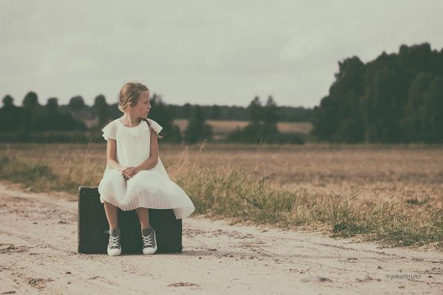 girl dziewczynka, sama, Agata Raszke, lato, summer, lonely, waiting, white dress, biała sukienka, walizka, oczekiwanie